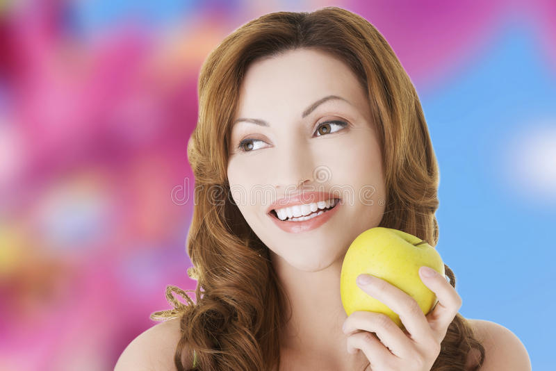 Kvinnainnehav ett äpple royaltyfri foto
