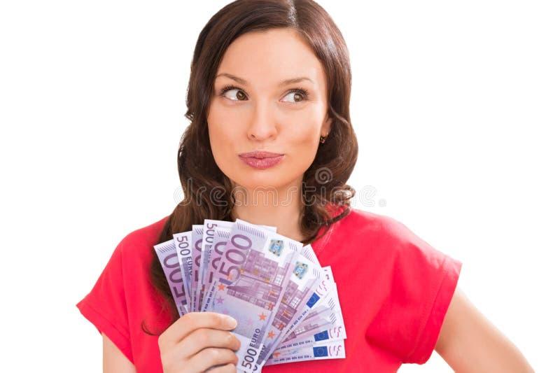 Kvinnainnehav fem hundra eurosedlar royaltyfri fotografi