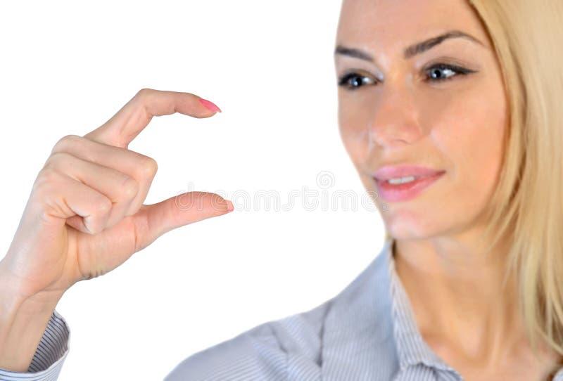 Kvinnainnehav något i fingrar royaltyfria bilder