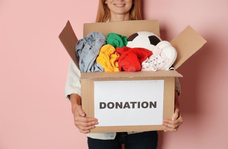 Kvinnainnehavask med donationer arkivbild