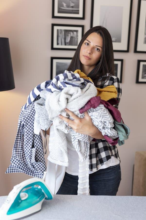 Kvinnainnehavgrupp av rynkig kläder arkivfoto