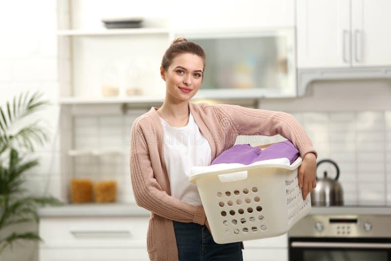 Kvinnainnehavkorg med den rena tvätterit royaltyfri foto