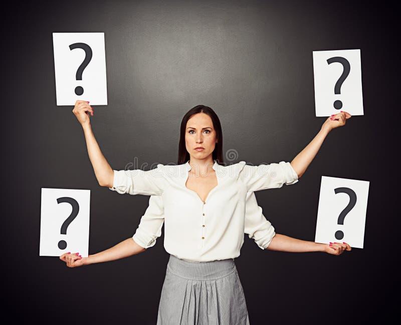 Kvinnainnehavplakat med frågefläcken arkivfoton