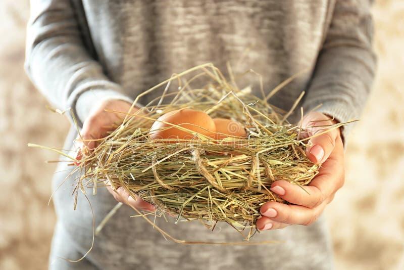 Kvinnainnehavrede med fega ägg, closeup royaltyfri bild