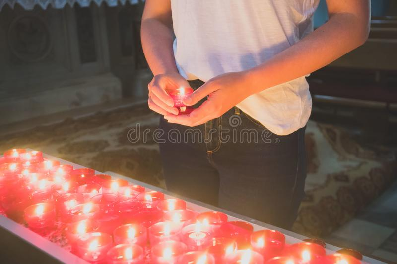 Kvinnainnehavstearinljus royaltyfri foto
