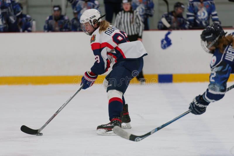 Kvinnaishockeymatch Dinamo St Petersburg vs Biryusa Krasnoyarsk royaltyfria bilder