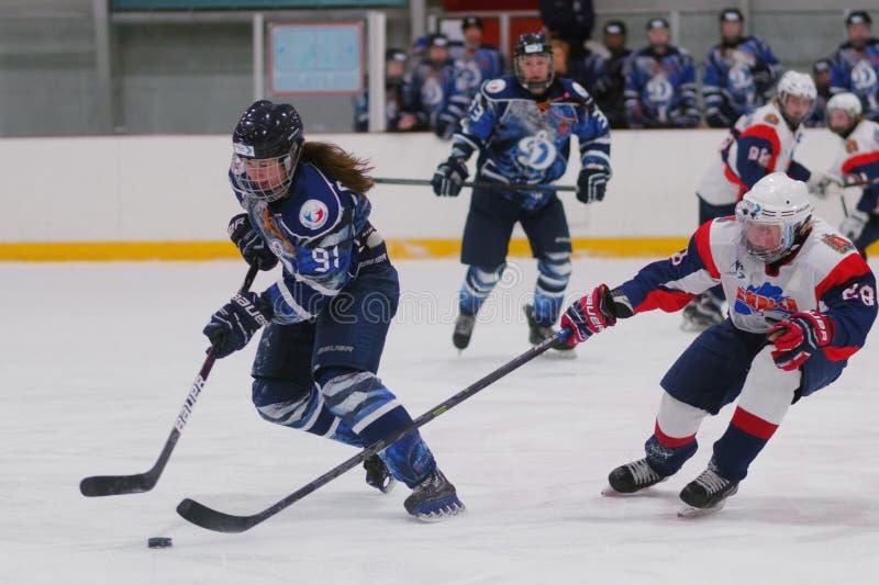 Kvinnaishockeymatch Dinamo St Petersburg vs Biryusa Krasnoyarsk royaltyfria foton