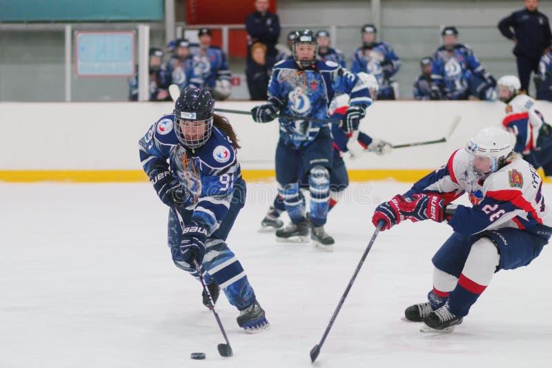 Kvinnaishockeymatch Dinamo St Petersburg vs Biryusa Krasnoyarsk royaltyfri fotografi