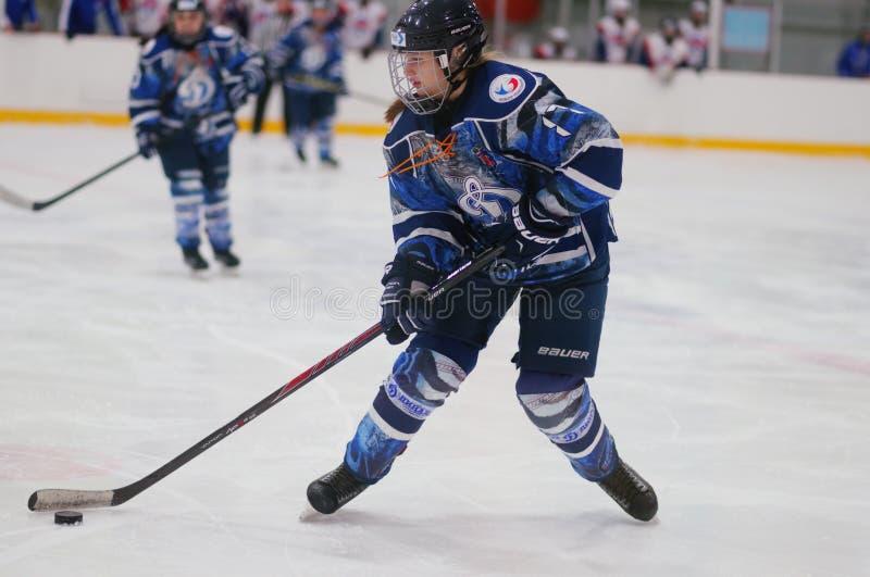 Kvinnaishockeymatch Dinamo St Petersburg vs Biryusa Krasnoyarsk royaltyfri foto