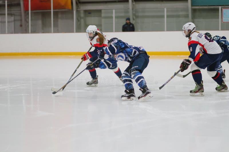 Kvinnaishockeymatch Dinamo St Petersburg vs Biryusa Krasnoyarsk arkivbilder