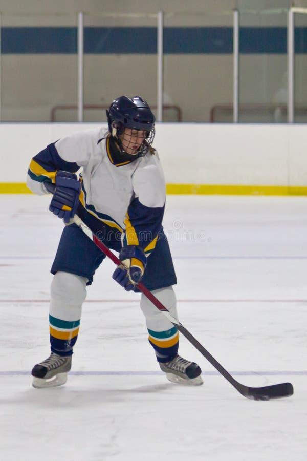 Kvinnaishockeyspelare under en lek fotografering för bildbyråer
