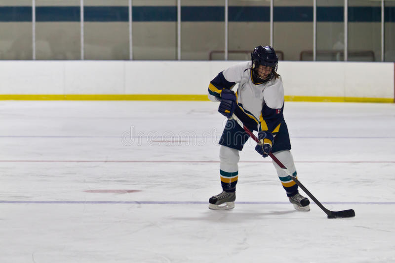 Kvinnaishockeyspelare under en lek royaltyfria foton