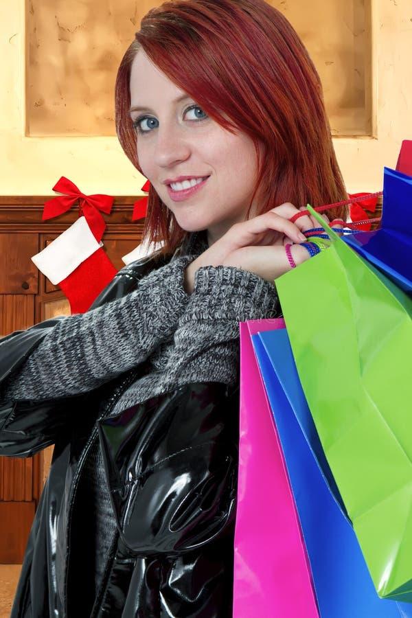 Kvinnajul som shoppar för gåvor arkivbild