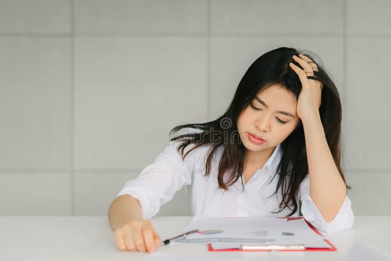 Kvinnakänsla som tröttas och som är stressad från arbete royaltyfria bilder