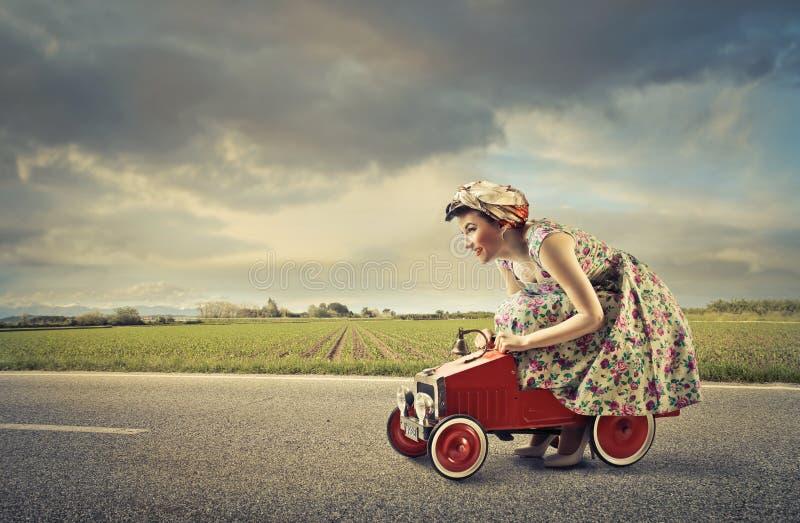 Kvinnakörning arkivbilder