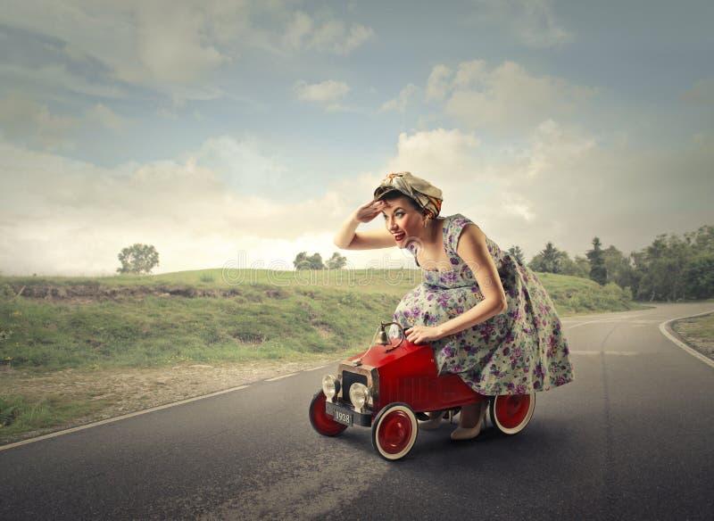 Kvinnakörning arkivbild