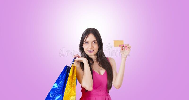 Kvinnak?pande med kreditkorten royaltyfria bilder