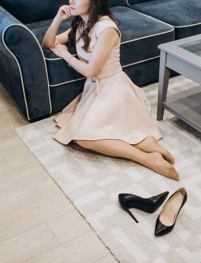 Kvinnaklänning som drömmer inre rum för hus fotografering för bildbyråer