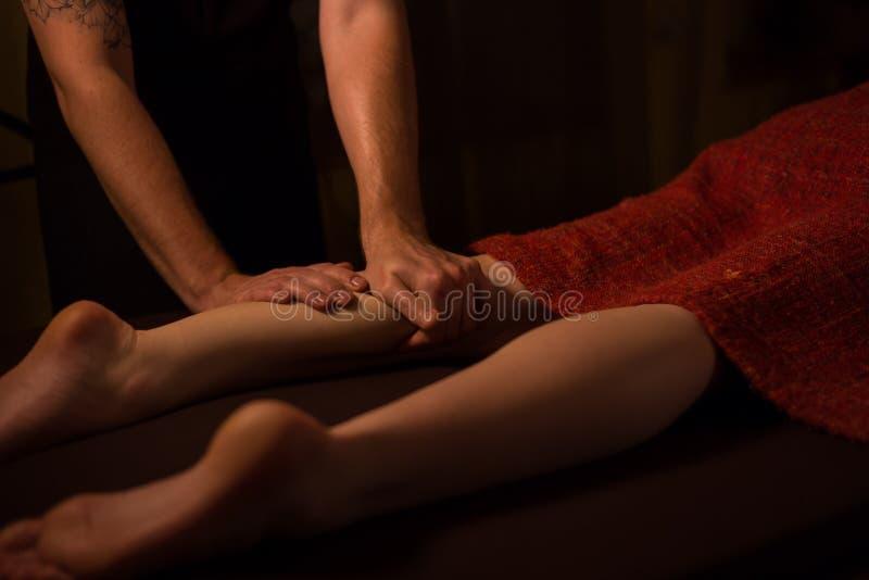 Kvinnaklient som har yrkesmässig fotmassage royaltyfri foto