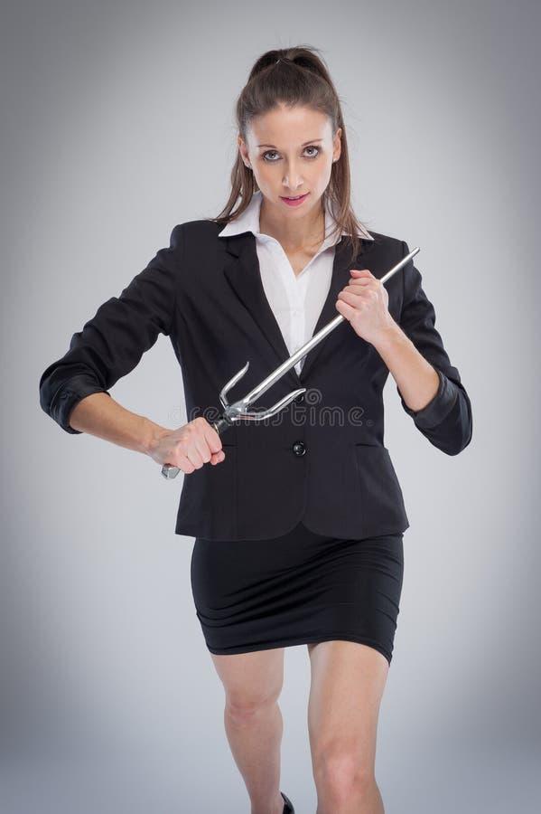 Kvinnaklockas slag poserar med ett svärd arkivfoto