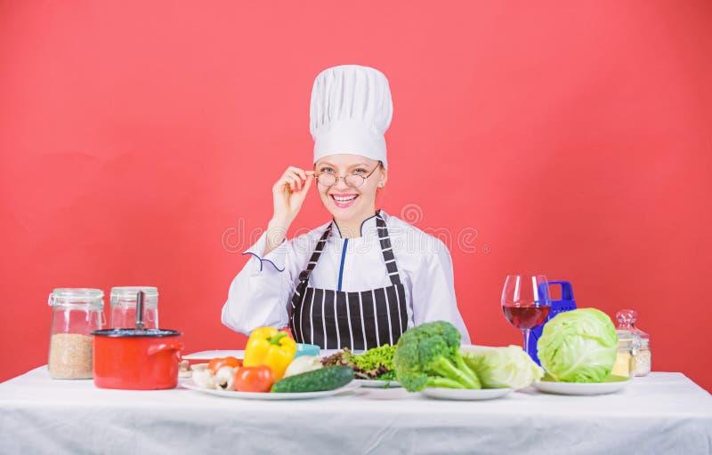 Kvinnakock som lagar mat sund mat Kulinariskt skolabegrepp Kvinnlign i förkläde vet allt om kulinarisk konst kulinariskt arkivbild