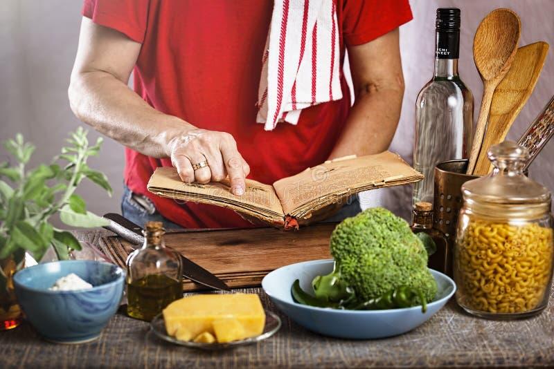 Kvinnakockar, kokbok, banbrytare, kvinnakockar, moment, ferier, kockrecept, jättegoda berömmar, kokbokhållare, dag arkivbild