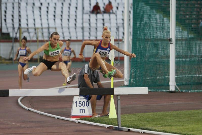 Kvinnakonkurrenter på den 3000m hinderlöpningen fotografering för bildbyråer
