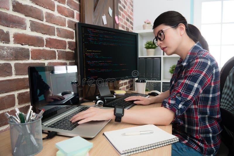 Kvinnakontorsarbetare som programmerar internetsystemet royaltyfria bilder