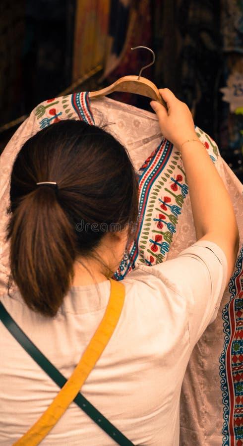 Kvinnakontrollskjorta, innan att shoppa på jatujakmarknaden bangkok Thailand arkivfoton