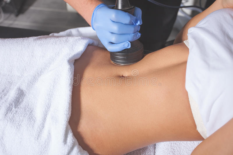 Kvinnakroppbehandling på vårdcentralen royaltyfri fotografi