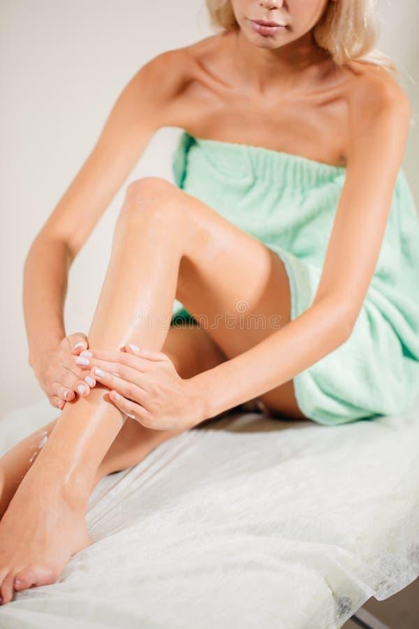 Kvinnakroppomsorg Slut upp av långa kvinnliga ben med perfekt slät mjuk hud arkivfoto