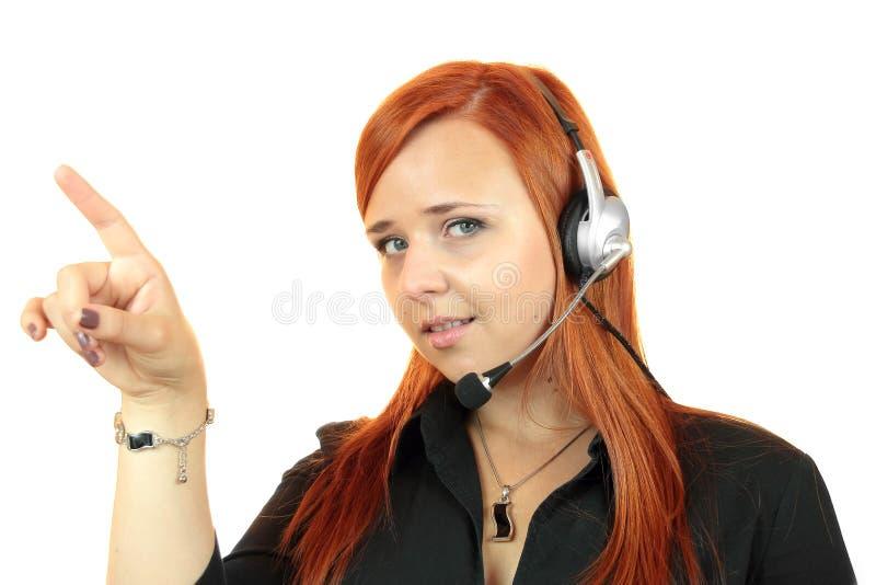 Kvinnakundtjänstarbetare, appellmitt som ler operatören med telefonhörlurar med mikrofon royaltyfri bild