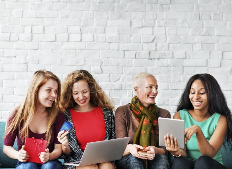 Kvinnakvinnlighet som shoppar online-lyckabegrepp arkivfoton
