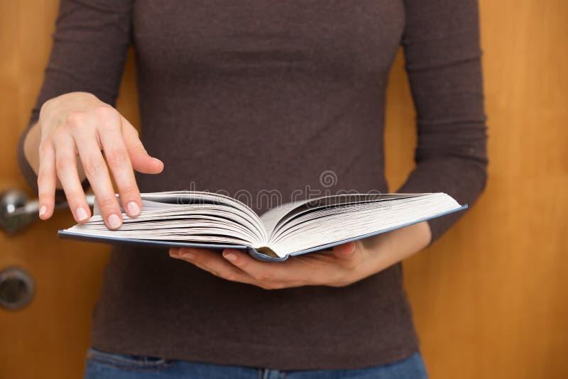 Kvinnaläsning en boka arkivbilder