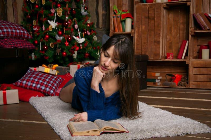 Kvinnaläsning en boka royaltyfria foton