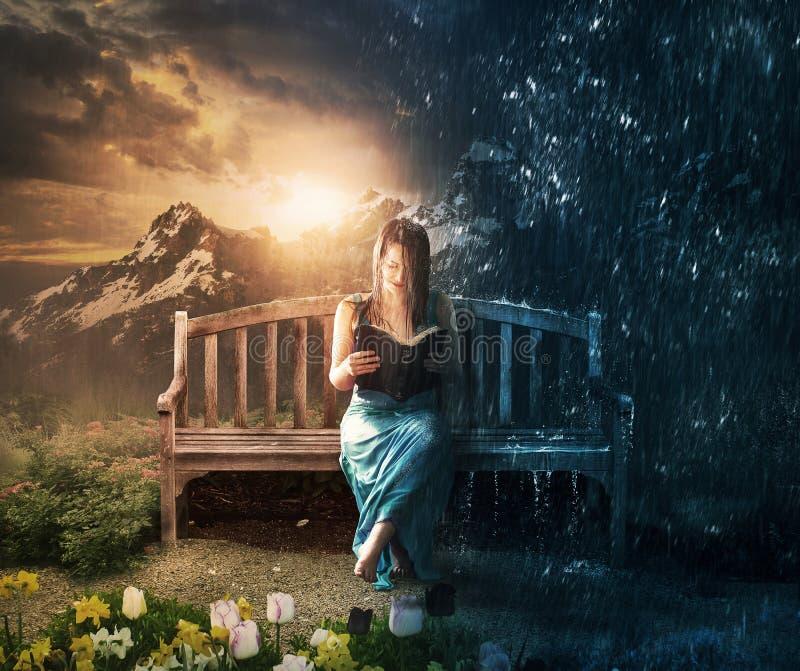 Kvinnaläsning i sol eller regn royaltyfri foto