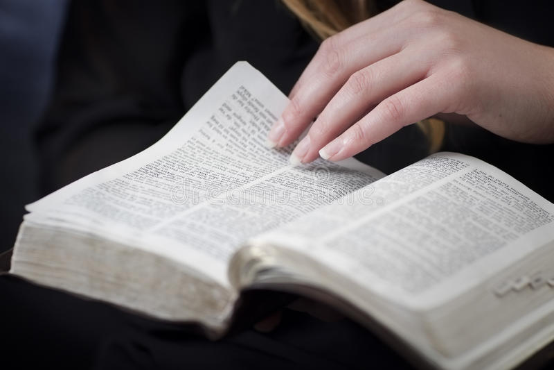 Kvinnaläsning och studerar bibeln fotografering för bildbyråer