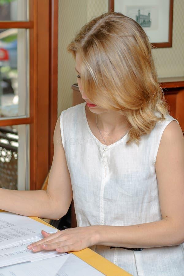 Kvinnaläsningdokument arkivfoto