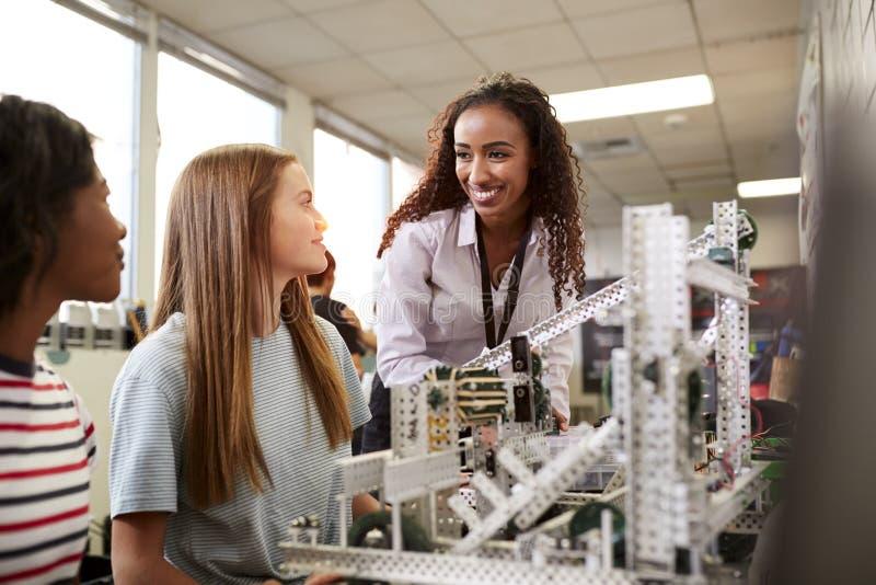 Kvinnal?rareWith Female College studenter som bygger maskinen i vetenskapsrobotteknik eller teknikgrupp royaltyfri foto