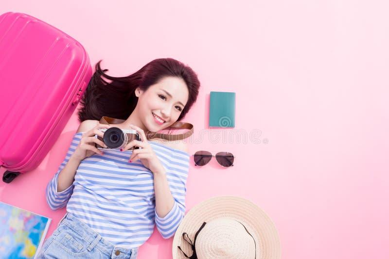 Kvinnaleende lyckligt på golv arkivfoton