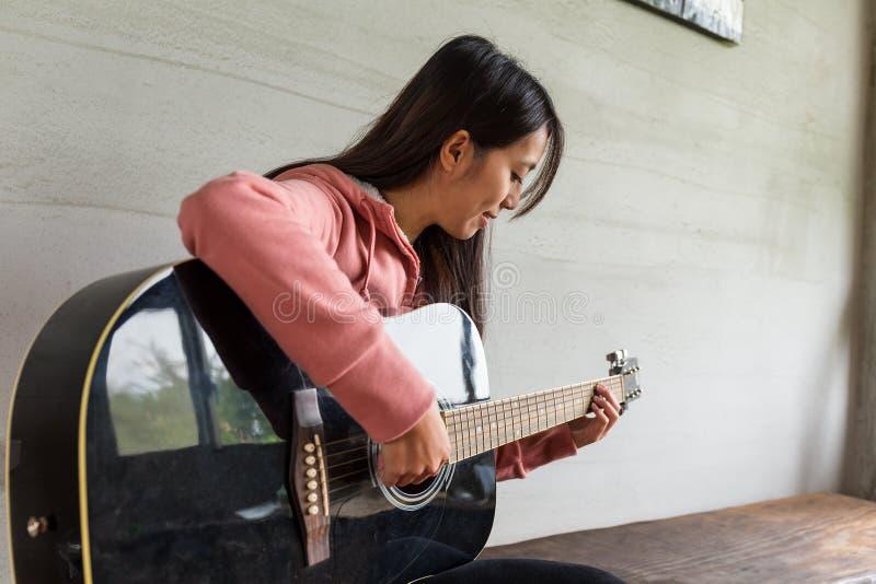 Kvinnalek med gitarren royaltyfri bild