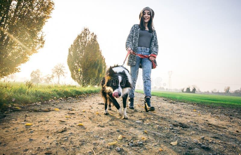 Kvinnalekar med hennes hund royaltyfria foton