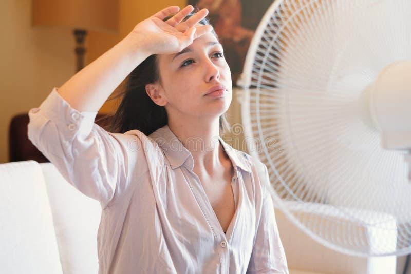 Kvinnalidande för sommarvärme som hemma förnyar arkivbilder