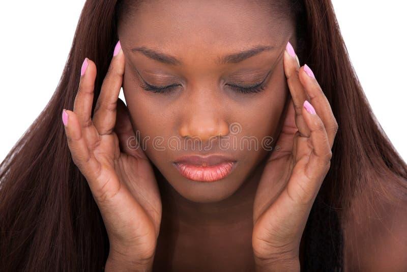 Kvinnalidande från huvudvärk hemma royaltyfri foto