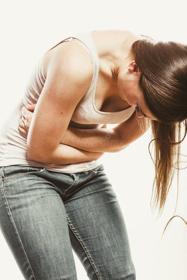 Kvinnalidande från magknip smärtar period fotografering för bildbyråer
