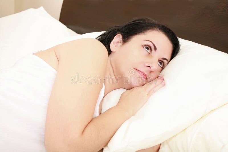 Kvinnalies vaknar i underlag. arkivbilder