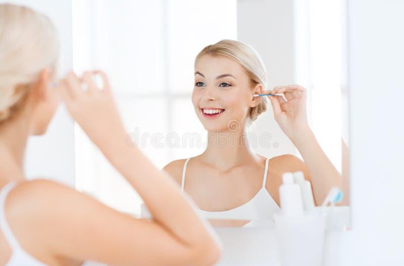 Kvinnalokalvårdöra med bomullsbomullstoppen på badrummet royaltyfri bild