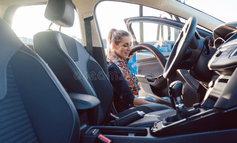 Kvinnalokalvård inom av bilen royaltyfria bilder
