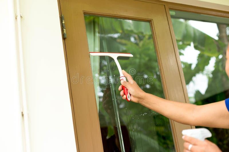 Kvinnalokalvårdfönster med sprejtvättmedel arkivfoton