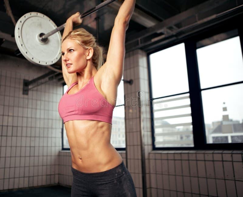 Kvinnalyftande vikt arkivbilder